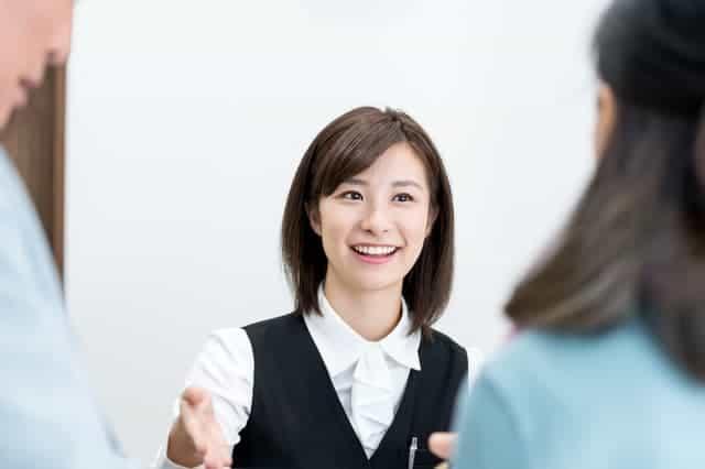 銀行窓口の女性スタッフ