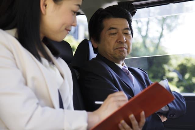 車に乗る社長