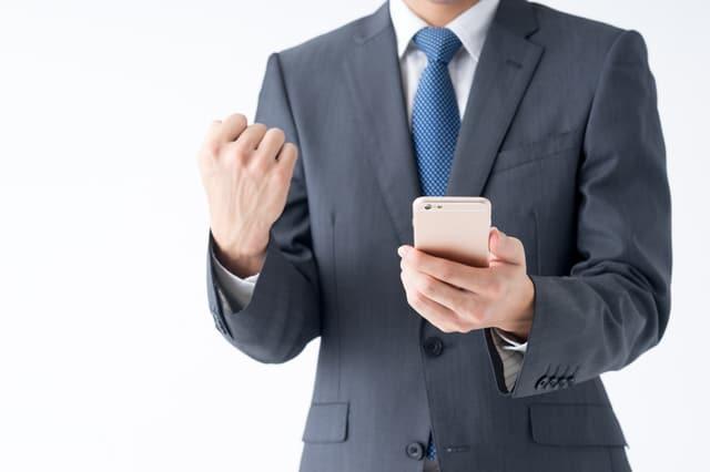 メールを送信するビジネスマン