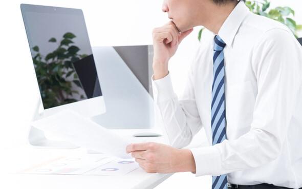 パソコンを眺める