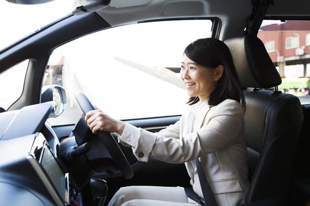 レンタカーに乗る女性